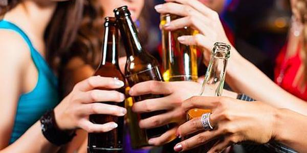 BEBER UN VASO DE ALCOHOL AL DÍA AUMENTA EL RIESGO DE CÁNCER DE MAMA